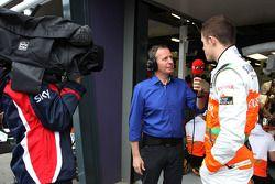 Martin Brundle, de SKY TV y Paul di Resta, Sahara Force India Formula One Team