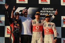 Le deuxième, Sebastian Vettel, Red Bull Racing avec le vainqueur Jenson Button, McLaren Mercedes et le troisième, Lewis Hamilton, McLaren Mercedes