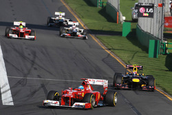 Fernando Alonso, Scuderia Ferrari devant Mark Webber, Red Bull Racing
