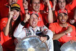 McLaren team celebrate Jenson Button, McLaren Mercedes win ve Jessica Michibata, McLaren Mercedes