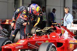 Mark Webber, Red Bull Racing echa un vistazo al Ferrari
