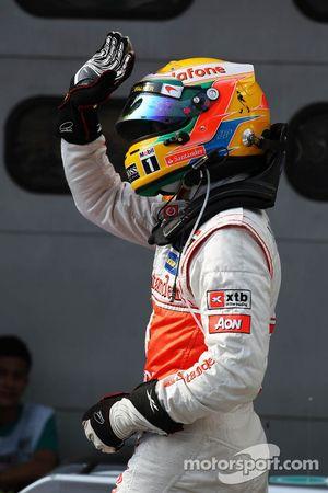 Ganador de la pole position Lewis Hamilton, McLaren Mercedes celebra en parc ferme
