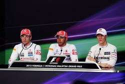 Jenson Button, McLaren Mercedes; ganador de la pole Lewis Hamilton, McLaren Mercedes y Michael Schum