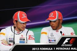 Jenson Button, McLaren Mercedes y el ganador de la pole Lewis Hamilton, McLaren Mercedes en la conf