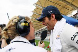 Mark Webber, Red Bull Racing entrevistado en la parrilla por Jenny Gow, Reportero de BBC Radio 5 Liv