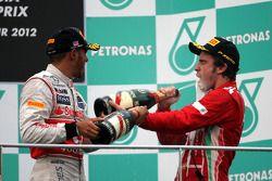 Podio: ganador de la carrera Fernando Alonso, Scuderia Ferrari y tercer lugar Lewis Hamilton, McLare