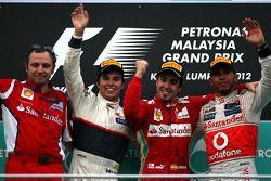 Podium: Sieger Fernando Alonso, Scuderia Ferrari; 2. Sergio Perez, Sauber F1 Team; 3. Lewis Hamilton