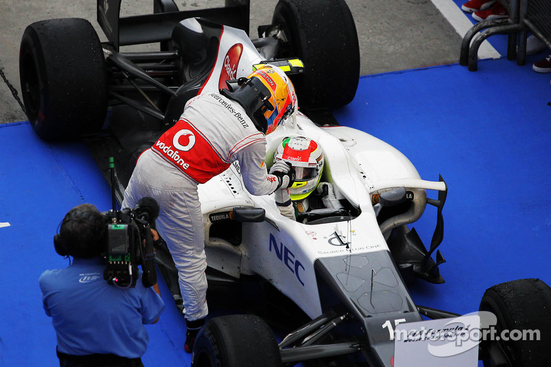 El tercer lugar Lewis Hamilton, McLaren felicita al segundo puesto Sergio Pérez, Sauber en parc ferme