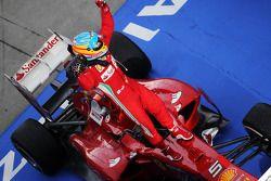 El ganador de la carrera, Fernando Alonso, celebra en parc ferme