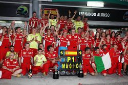 Race winner Fernando Alonso, Ferrari celebrates after the race with the team