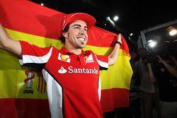 El ganador de la carrera, Fernando Alonso, de Ferrari, celebra tras la carrera