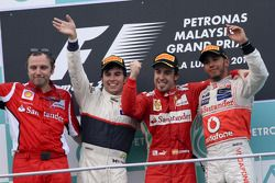 Podium: race winner Fernando Alonso, Scuderia Ferrari, second place Sergio Perez, Sauber F1 Team, th