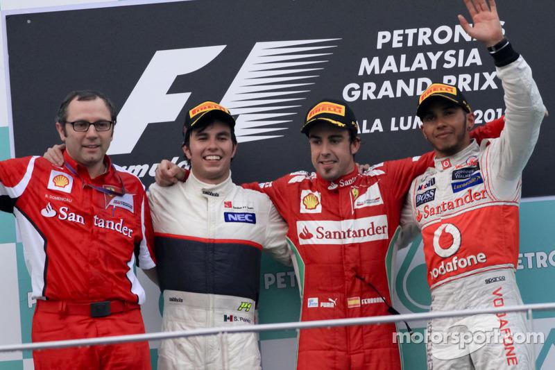 Stefano Domenicali, Director Deportivo de la Scuderia Ferrari, segundo lugar Sergio Pérez, Sauber F1, ganador Fernando Alonso, Ferrari y tercer lugar Lewis Hamilton, McLaren