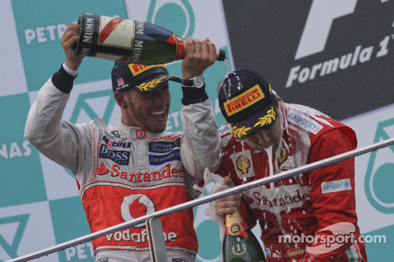Podio: ganador Fernando Alonso, Ferrari y tercer lugar Lewis Hamilton, McLaren