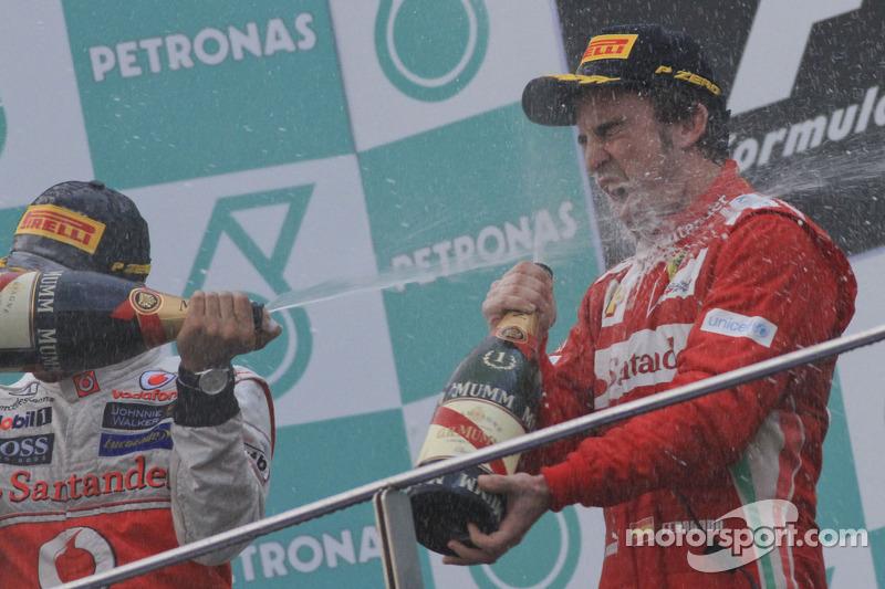 Podio: ganador de la carrera Fernando Alonso, Scuderia Ferrari, segundo lugar Sergio Pérez, Sauber F1