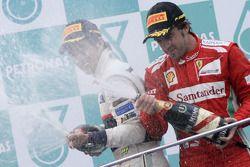 Podio: ganador de la carrera Fernando Alonso, Scuderia Ferrari, segundo lugar Sergio Pérez, Sauber F