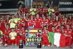 Ganador de la carrera Fernando Alonso, Scuderia Ferrari celebr con el equipo