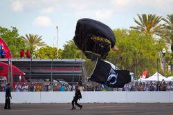 Des parachutistes font le sho