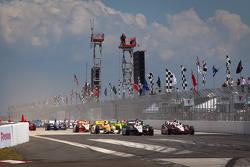 Start: Will Power, Verizon Team Penske Chevrolet and Ryan Briscoe, Team Penske Chevrolet battle for