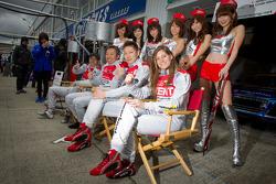 Hideki Noda, Michael Kim, Akihiro Tsuzuki and Cyndie Allemann with the Zent race queens