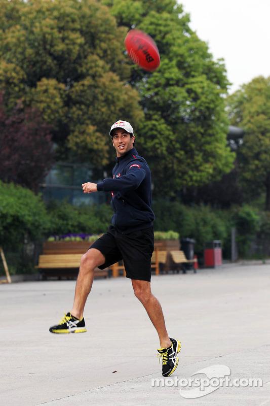 Daniel Ricciardo, Scuderia Toro Rosso speelt Australian Rules Football in de paddock