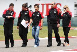 Timo Glock, Marussia F1 Team, beim Trackwalk mit Maria de Villota