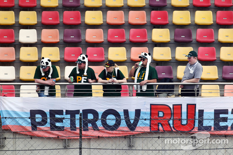 Vitaly Petrov, Caterham banner and fans