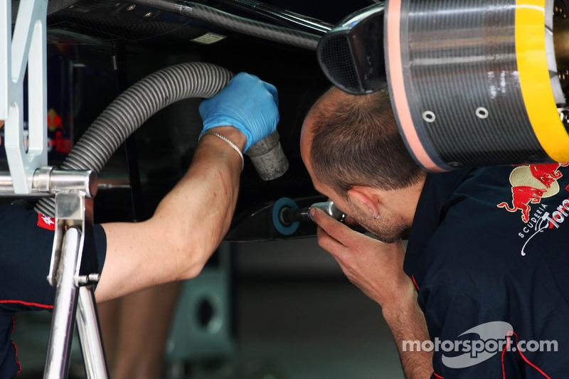 Scuderia Toro Rosso mecaniciens werken aan de wagen