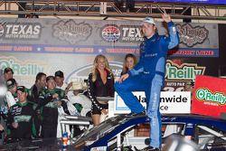 Victory lane: winnaar Ricky Stenhouse Jr., Roush Fenway Ford