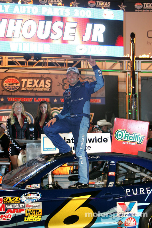 Victory lane: winnaar Ricky Stenhouse Jr., Roush Fenway Ford