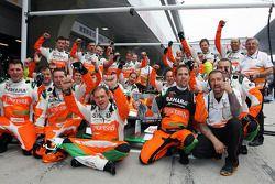 La mecánica de Sahara Force India F1 Team celebra ganar el trofeo de Sky deportes F1 por la rápida p
