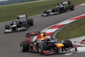 Mark Webber, Red Bull Racing leads Bruno Senna, Williams F1 Team