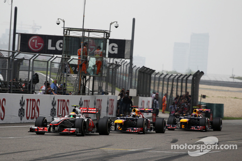 Lewis Hamilton, McLaren voor Sebastian Vettel, Red Bull Racing en Mark Webber, Red Bull Racing