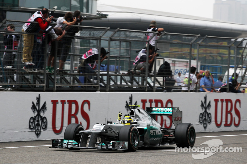 Ganador de la carrera Nico Rosberg, Mercedes AMG F1 celebra el final de la carrera