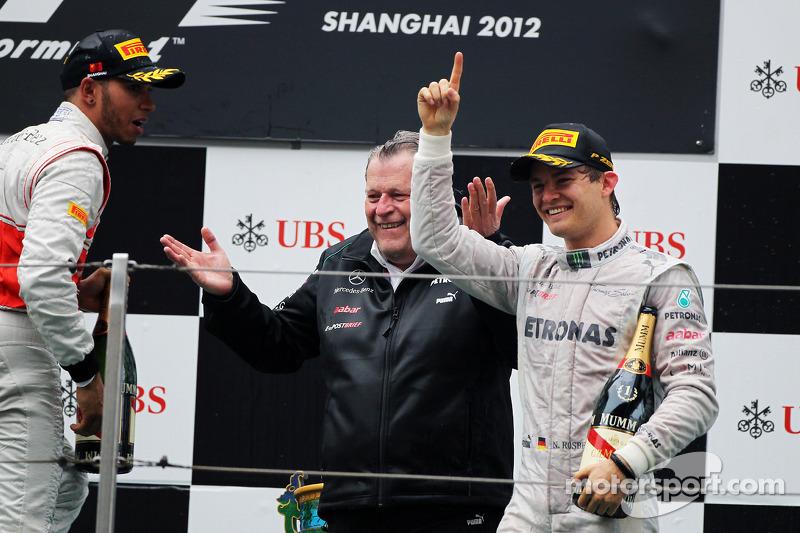 Podio: ganador de la carrera Nico Rosberg, Mercedes AMG F1, tercer lugar Lewis Hamilton McLaren y Norbert Haug, Director deportivo de Mercedes