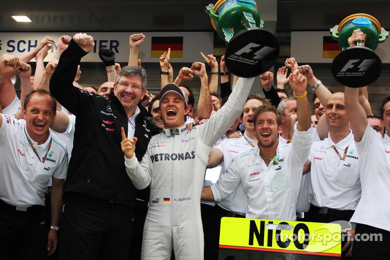 Ganador de la carrera Nico Rosberg, Mercedes AMG F1 celebra con Ross Brawn, director del equipo Mercedes AMG F1