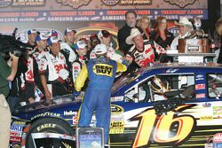 Victory lane: winnaar Greg Biffle, Roush Fenway Racing Ford