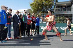 V8 Supercars rijders met Maori krijgers