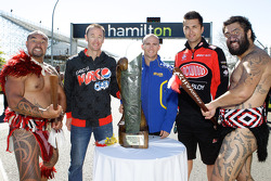 Greg Murphy, Lee Holdsworth en Fabian Coulthard met Maori krijgers en de Mark Porter Trophy