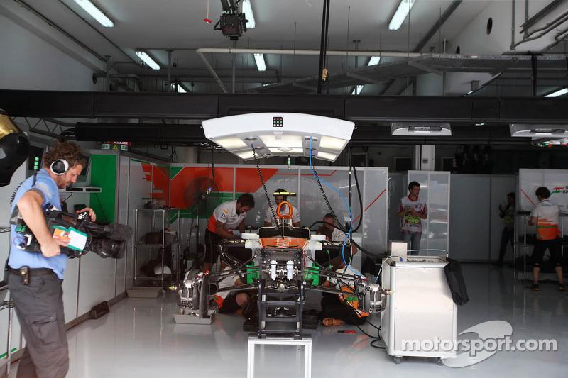 Sahara Force India F1 Team mecaniciens werken aan de Sahara Force India F1 van Nico Hulkenberg, Sahara Force India F1