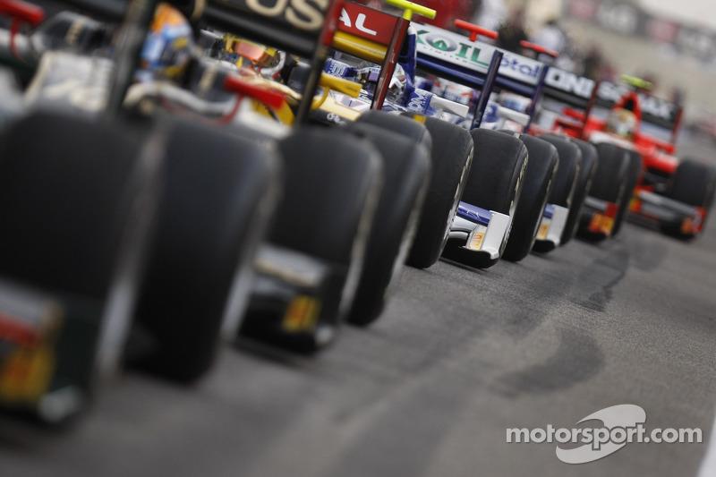 GP2 wagens wachten aan het einde van de pits