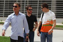 Дэвид Култард, Брайан Викерс и Пол ди Реста. ГП Бахрейна, Субботняя тренировка.