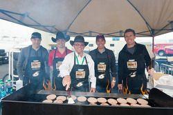 Pilotos de Roush Fenway-cocinan unas hamburguesas con Jack Roush