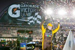 Victory lane: winnaar Kyle Busch, Joe Gibbs Racing Toyota
