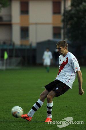 Vitaly Petrov, Caterham F1 Team bij lokale voetbalwedstrijd