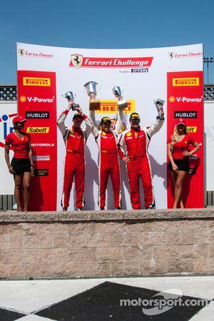 458TP podium: eerste plaats Harry Cheung, tweede plaats Onofrio Triarsi, derde plaats Richard Fant