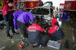 Werk aan #5 Team Mach Ferrari 458 GT3 na crash