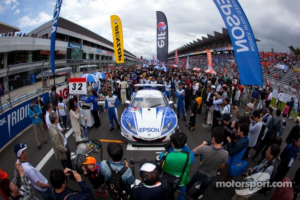 Pole winning #32 Nakajima Racing Honda HSV-010 GT on the starting grid
