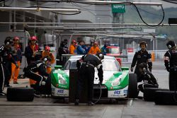 Bandenwissel #24 Kondo Racing Nissan GT-R: Hironobu Yasuda, Bjorn Wirdheim