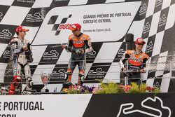 Podio: ganador Casey Stoner, del equipo Repsol Honda, Jorge Lorenzo, Yamaha Factory Team el segundo